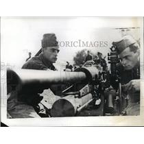 1937 Press Photo Italian Soldiers man an artillery during a maneuver in Sicily