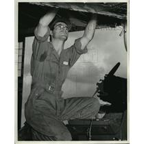 1942 Press Photo Sgt. Shiavone works on a training plane at a flying school