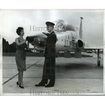 1961 Press Photo Air Force Quarterback Rich Mayo & Sindy Harris Inspect T-38