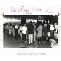 1985 Press Photo Long queue of passengers at Baggage Line of Moisant Airport