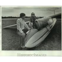1977 Press Photo Debaney Shepard and John Carver, West Bend Flying Service