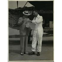 1946 Press Photo Capt. Sims gave Mr. Winship a brief resume of Atlantic crossing