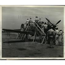 1942 Press Photo Spectators inspecting the Tiny Air Cobra at Bowman Field Ky.