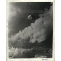 1940 Press Photo A parachute combat troop jumps off the plane in Fort Benning