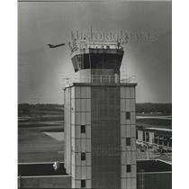 1981 Press Photo Birmingham, Alabama Airports: Municipal Control Tower, Jet