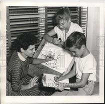 1955 Press Photo Fran Fry helps Pamel & Henry with art - nob14950