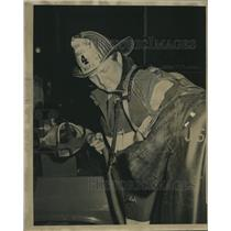 Press Photo New Orleans Firefighter holding his mask - nob07519
