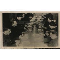 1940 Press Photo Norwegian soldiers at dinner on winter maneuvers - nem58982