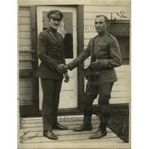 1923 Press Photo Lieut.Edwin Johnson and Lieut R.J. Maugnan - nem59342