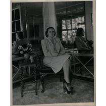 1947 Press Photo Staff women portret - DFPD60213