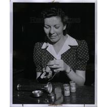 1942 Press Photo YWCA Fix It Anne Malicki Flashlight - DFPD65195