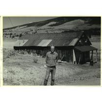 1991 Press Photo Chuck Friske in front of Froelich Store in Elizabethtown, NM