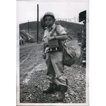 1950 Press Photo Edwin Hoffman of Acme carries photo equipment to Korean War
