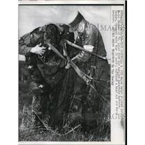 1958 Press Photo A soldier officer helps tangled paratrooper David Decker
