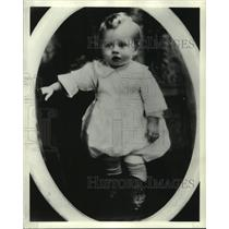 1940 Press Photo Mickey Rooney at ten months as he takes his 1st steps on stage