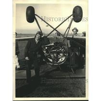 1933 Press Photo Eddie Edison shown with his damaged plane - sba27382