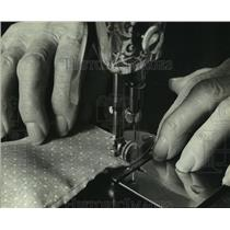 1983 Press Photo Czeslawa Stryjewki sews aprons on a 1912 machine, Milwaukee