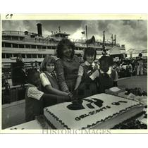 1982 Press Photo Girls Scouts of America cut cake for 70th Birthday Extravaganza