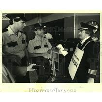 1983 Press Photo Officers ask Captain Henry Hales to leave New Orleans airport