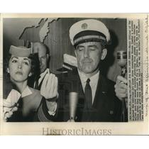 1961 Press Photo First Officer Enfield & stewardess Dionne Cumfer with press