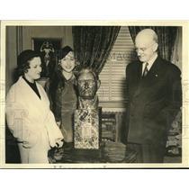 1938 Press Photo sculptor Electra Waggoner Bowman presents bust of John Garner