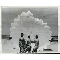 1940 Press Photo Three aviation students learn how to deploy a parachute
