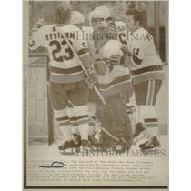 1975 Press Photo Islanders Goalie Resch Congratulated - RRQ12159