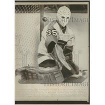 1976 Press Photo Flyers Goalie Lost Stick Blocks Gloves - RRQ12495