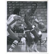 1976 Press Photo Earl Monroe American professional bask - RRQ67715