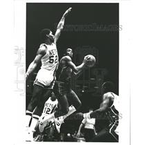 1984 Press Photo Isaiah Thomas Buck Williams Basketball - RRQ62183