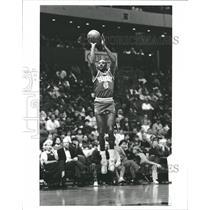1988 Press Photo Walter Davis of Phoenix shooting form - RRQ17431