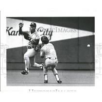 1989 Press Photo Bo Jackson and Kurt Stillwell of Kansas City nearly collide