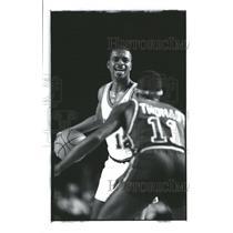 1990 Press Photo San Diego Clippers Garland Dribbling - RRQ62339