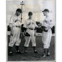 1949 Press Photo Russ Kerns Paul Janik Bob Bills Leafs - RRQ43177
