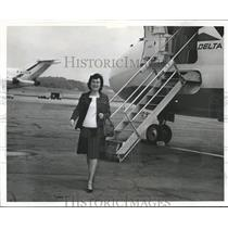 1972 Press Photo Elma Bell, News Staff disembarks Delta Plane - abna29743