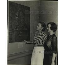 1934 Press Photo Women Inspect Plaque of General Von Steuben at Art Institute