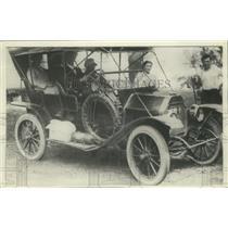 1906 Press Photo Family Prepares For Picnic in Historic Auto - mjx48242