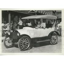1919 Press Photo Chevrolet '490' Towner With Passengers - mjx48243