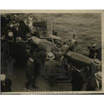 1915 Press Photo Visitors Interested in Mechanism of Big Guns of the USS Wyoming