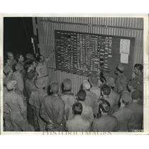 1942 Press Photo Enid Army Flying School Chief Sgt.R.B.Schroeder instruct a crew