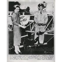 1953 Press Photo Bruce Rogers and bride use Bell Helicopter as honeymoon vehicle