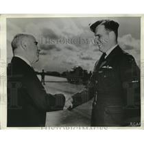 1942 Press Photo Gov. H.H. Lehman present Silve Winds to Son Peter Gerald Lehman