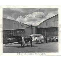 1969 Press Photo Lou Benscotter, Roscoe Morton, Others with planes at hangar