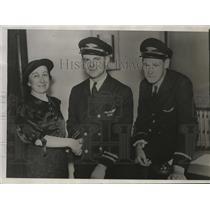 1934 Press Photo Pilot Mal Freeburg congratulated for landing plane safely