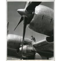 1955 Press Photo Flight mechanic Edward Bleyer stop the Hurricane Hunting Plane