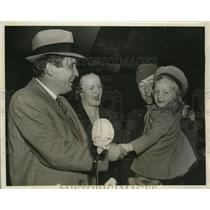 1942 Press Photo W. Willkie and Pilot R. Kight welcomed by Mrs. Kight and child