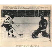 1973 Press Photo Blackhawks' Lou Angotti closes in on Rangers goalie Ed Giacomin
