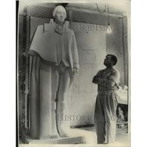 1940 Press Photo Sculptor Jefferson Greer surveys the George Washington model.