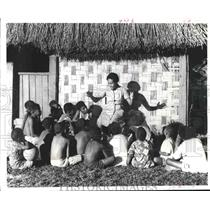 1971 Press Photo Nurse Vika tells story to children in Fiji - hca23585