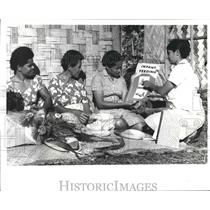 1971 Press Photo Nursing Sister Singh instructs mothers in Fiji - hca23584